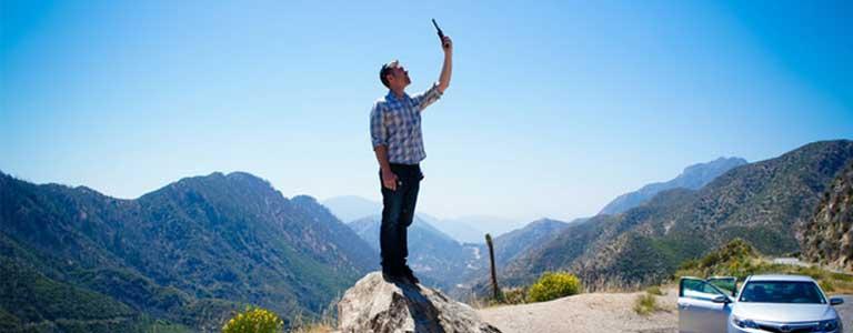 téléphoner par satellite dans les montagnes